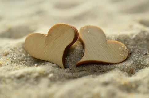 Herzen liegen im Sand