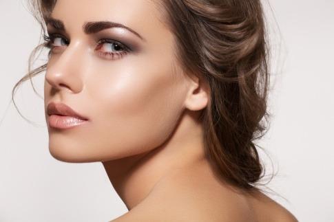 Eine Frau ist mit der Make-up Technik Highlighting geschminkt