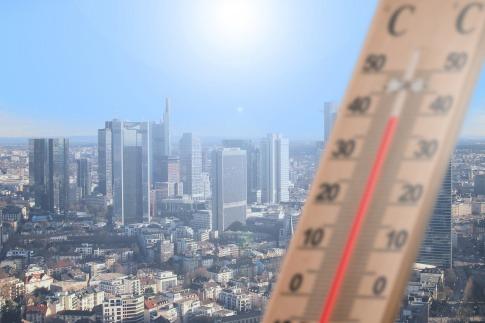 Ein Thermometer zeigt über 40 Grad Celsius an