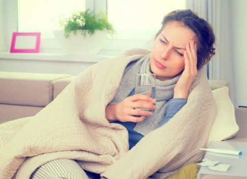 Eine Frau hat hormonelle Migräne und greift ihren Kopf an