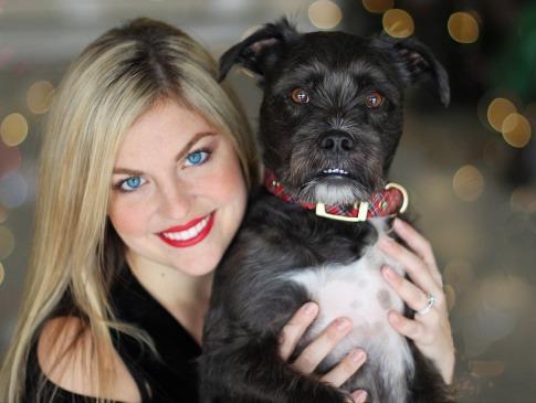 Hund mit Frau im Business-Look