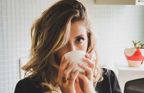 Junge Frau mit strahlend schöner Haut hat Hyaluron zum Trinken