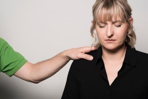 Hypnosependel über einem Gesicht einer lliegenden Frau