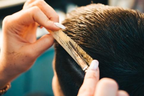 Einem Mann wird eine Igelfrisur geschnitten