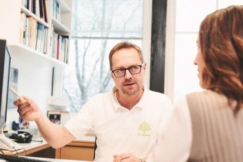 Dr. Peter Gartner berät eine Patientin