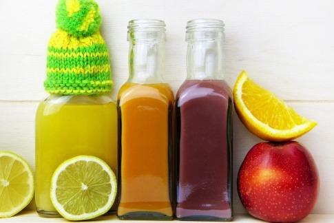verschiedene Früchte und Säfte mit Nährstoffen für das Immunsystem