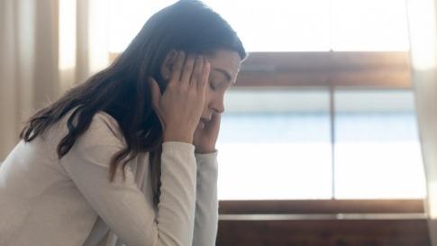 Frau mit innerer Unruhe oder Angst