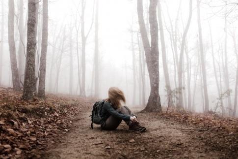 Wer innere Konflikte lösen möchte, kommt sich häufig gefangen vor, ähnlich wie es die Person in diesem Bild eines märchenhaften Waldes ist.