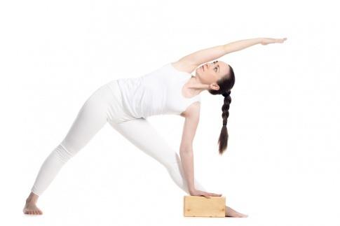 Eine Frau führt eine Iyengar Yoga Übung aus
