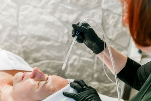 Frau bei einer JetPeel Behandlung