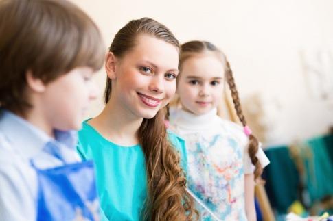 Drei Kinder sitzen nebeneinander