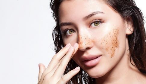 Eine Frau hat Kaffee-Peeling im Gesicht