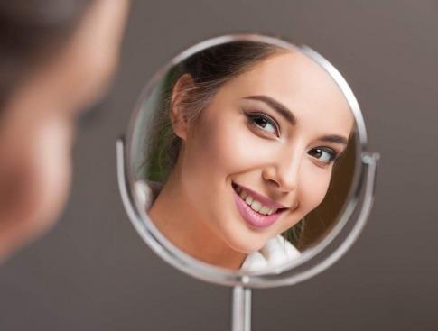 Ein strahlend weißes Lächeln - ohne Karies ganz einfach.