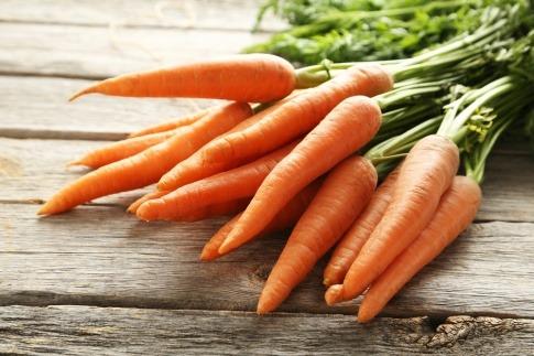 Karotten liegen in einem Korb