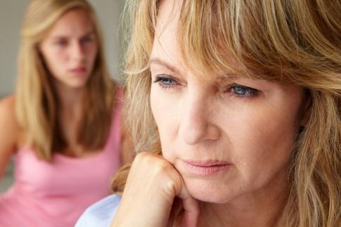 Eine Frau zeigt gegenüber einer anderen eine abwehrende und keine offene Haltung