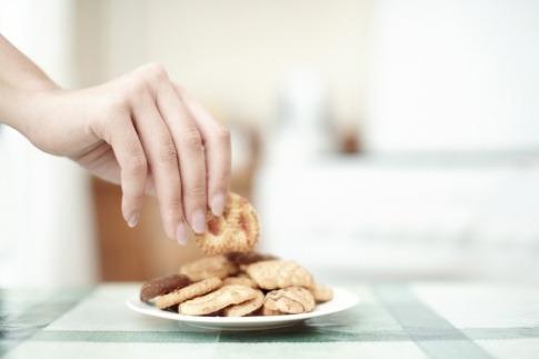 Eine Hand greift nach Keksen