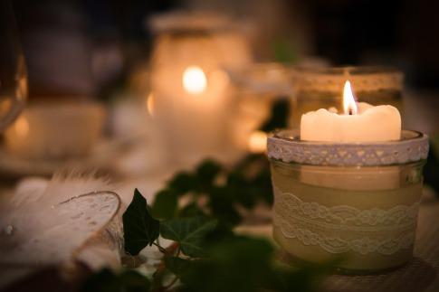 Eine weiße Kerze brennt