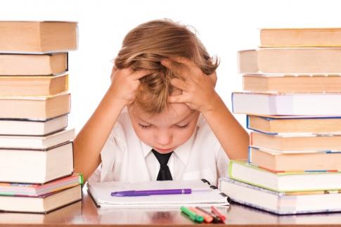 Ein Kind sitzt zwischen Büchern