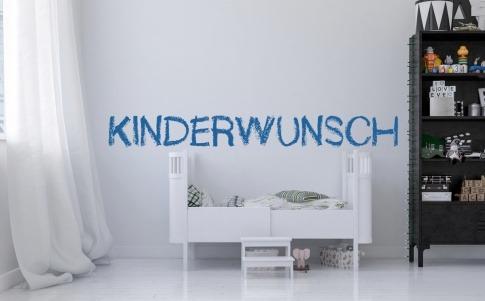 Symbolbild für einen unerfüllten Babywunsch in der Form einer leeren Babykrippe in einem Kinderzimmer.