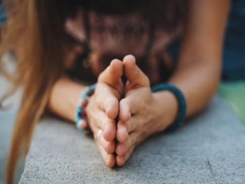 Zusammengelegte Hände als Symbol für die Anwendung von Kinesiologie