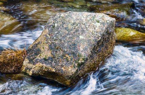 Klares Wasser fließt zwischen Steinen