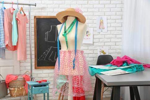 Kleidung hängt auf einer Kleiderpuppe