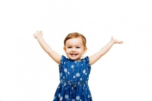 Kleines Mädchen mit den Händen in der Höhe