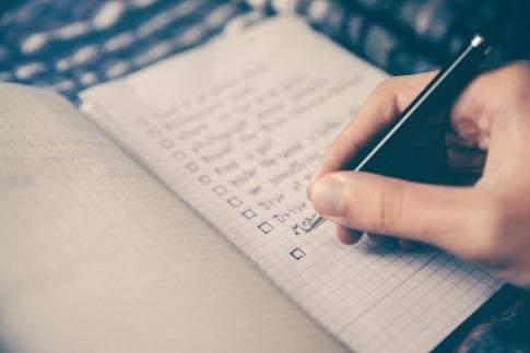 Jemand ist klug und macht eine Checkliste für die Vorratsplanung