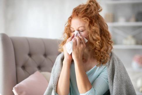 Frau ist erkältet und braucht Knoblauch