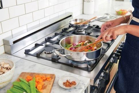 Eine Frau kocht und braucht Tipps vom Profi