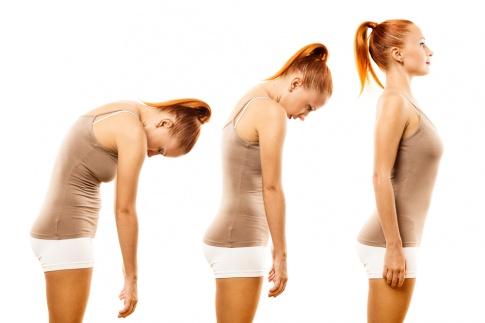 Eine Frau ist dreimal auf dem Bild um ihre Körperhaltung zu verbessern