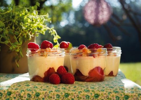 Kokos-Trifle mit Limettenstreusel und Erdbeeren von Michaela Russmann
