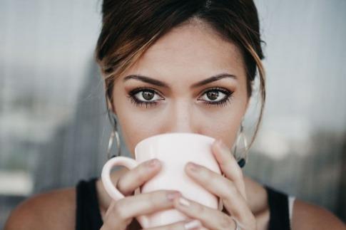 Eine Frau hat eine Tasse mit Kollagen zum Trinken