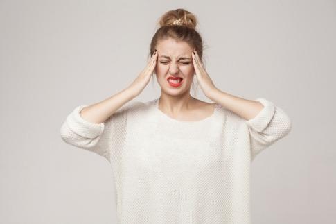Frau mit Schmerzen im Kopf