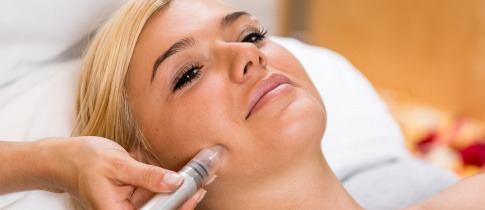 Frau bei einer kosmetischen Behandlung im Kosmetikstudio Innsbruck