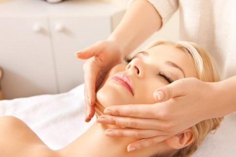 Eine Frau bekommt eine angenehme Kosmetikbehandlung