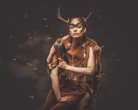 Frau mit Falken als Krafttier auf der Schulter