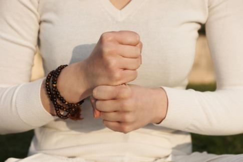 Eine Frau führt eine Kundalini Yoga Übung aus