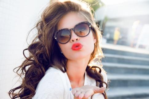 Eine Frau zeigt einen Kussmund