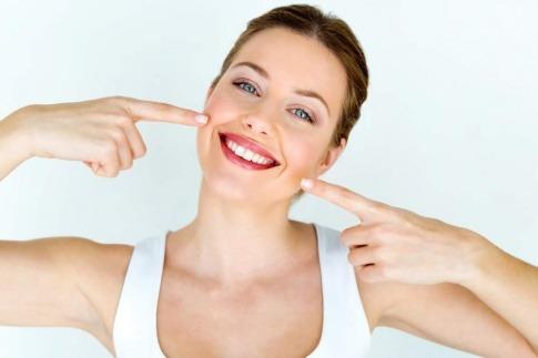 Gesundes Lächeln einer jungen Frau
