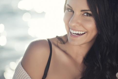 Eine Frau lächelt
