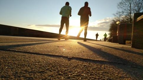 Zwei Läufer joggen im Sonnenuntergang