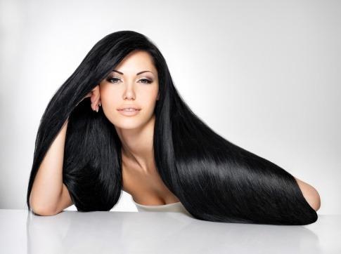 Eine Frau mit schönem gesunden Haar lächelt