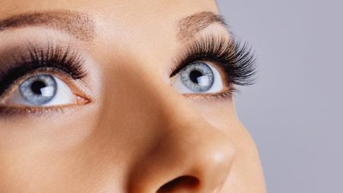 Frau mit langen Wimpern