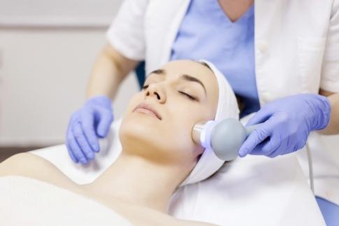 Altersflecken entfernen mittels Laserbehandlung