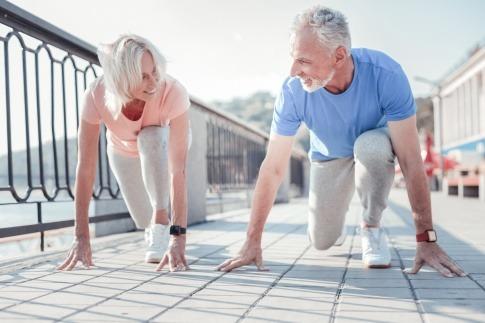 Alte Menschen machen sich zum Laufen bereit