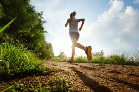 Eine Frau läuft auf einem Feldweg