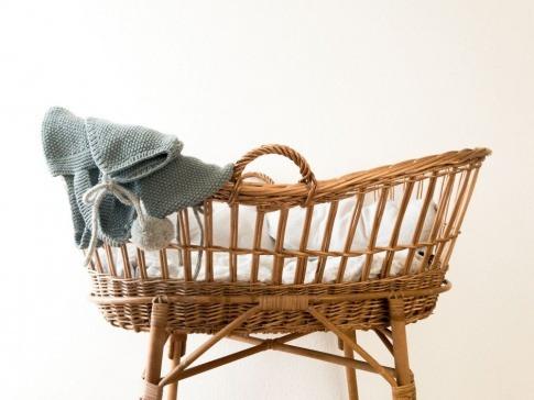 Ein leeres Kinderbett ist ein Symbol für Kinderwunsch