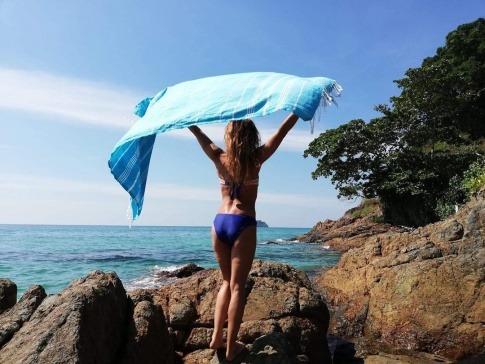 Frau mit Tuch im Wind und Strandmode