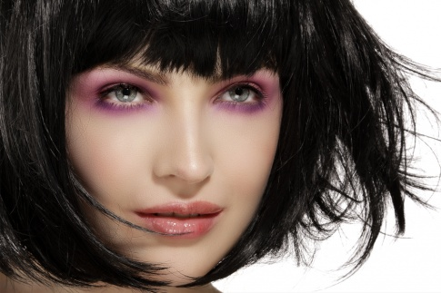 Die Augenlider einer Frau wurden großzügig mit pinkem Lidschatten bedeckt